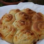 Pane al latte, pecorino e noci
