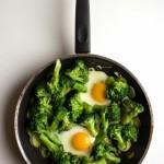Padella di uova, broccoli e porri