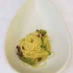 Spaghetti aglio, olio e peperoncino con fiori e prosciutto
