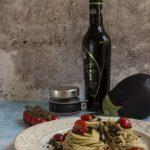 Spaghetti-al-caviale-di-melanzane, pomodorini e olive semidry