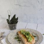 Salmone rosolato in padella con guacamole leggera e chips di cavolo nero