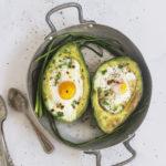 Barchette di avocado e uova