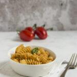 Pasta al pesto di pomodori e basilico