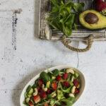 Insalata con fragole e avocado