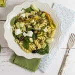 Insalata di pasta con avocado e verdure crude